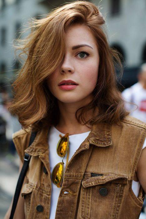 muchacha con el cabello ondulado color caramelo