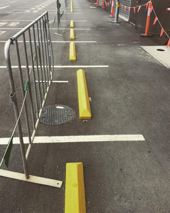 topes amarillos en calle mal puestos