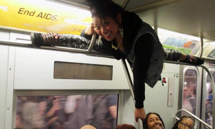 chica haciendo split en tubos de tranvía