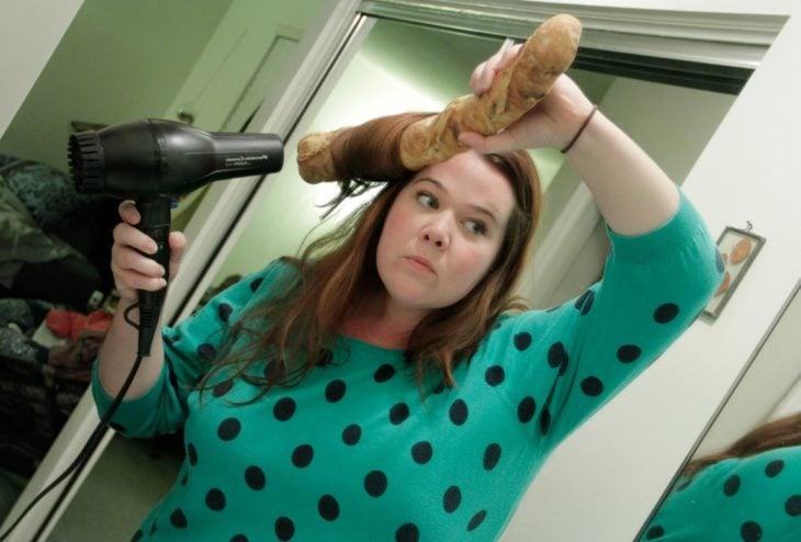 mujer rizandose el pelo con un pan