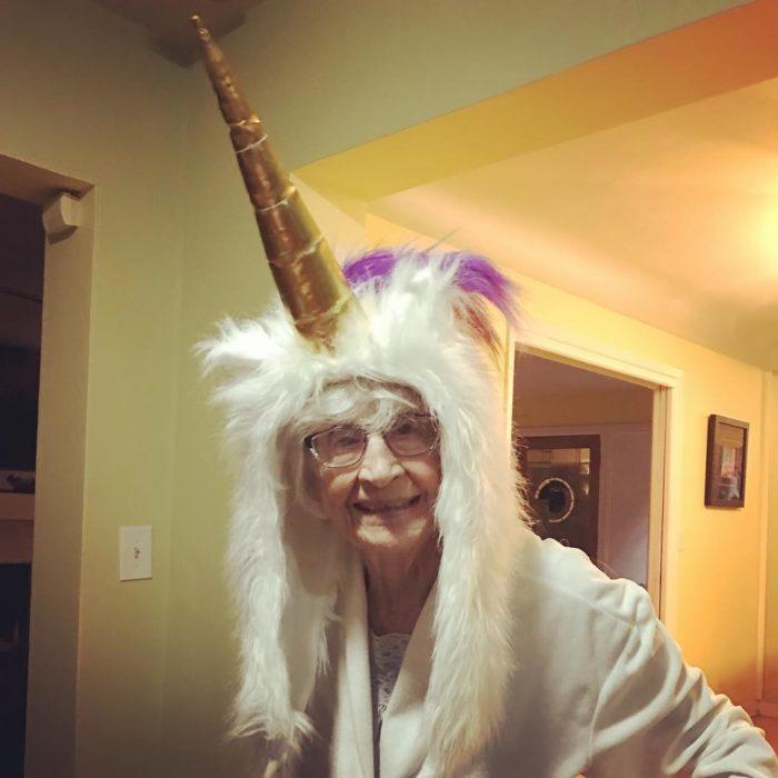 anciana con cuerno de unicornio