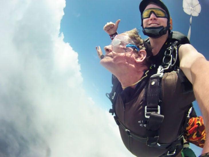 anciana haciendo paracaidismo