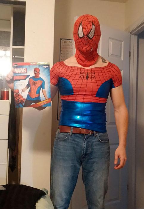 hombre disfrazado de spiderman con camisa que está muy apretada