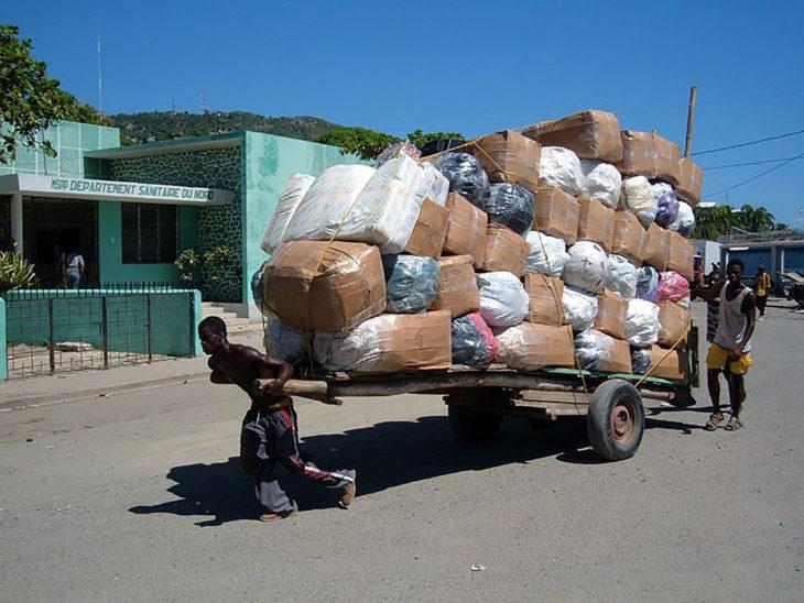 hombre cargando muchos paquetes