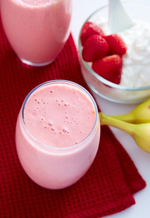 vasos de vidrio con yogur rosa