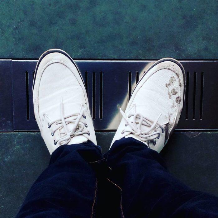 zapatos blancos sucios