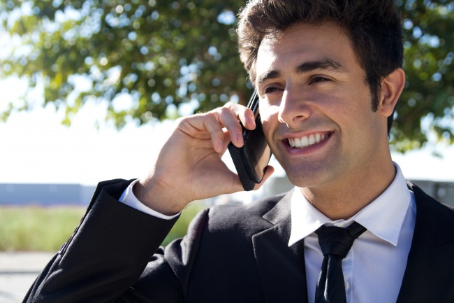 abogado hablando por teléfono
