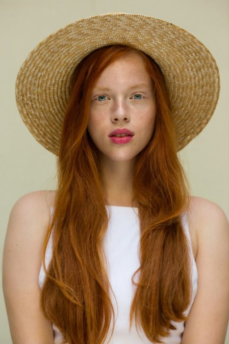 mujer pelirroja con sombrero