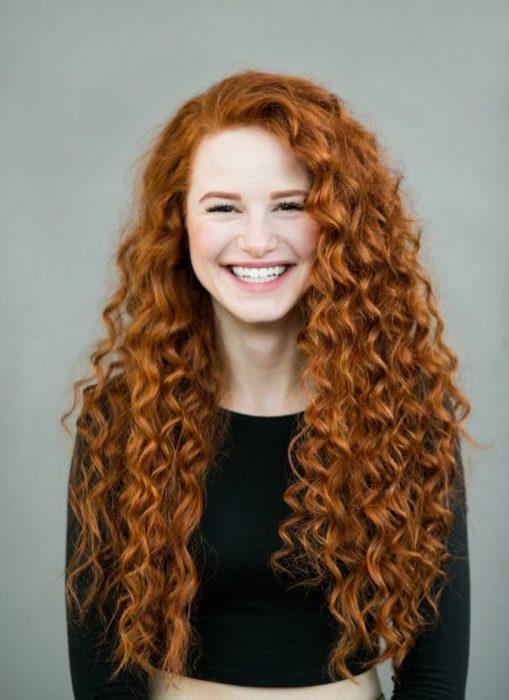mujer pelirroja con cabello largo y rizado
