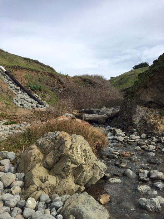 paisaje de un río y piedras