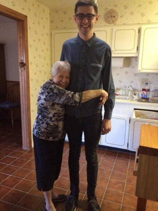 Abuela y nieto abrazo