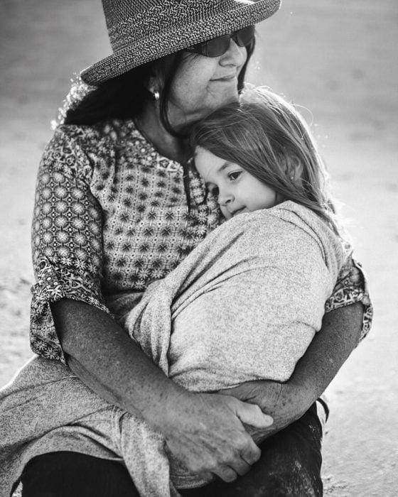 abuelita cuidando a su nieta