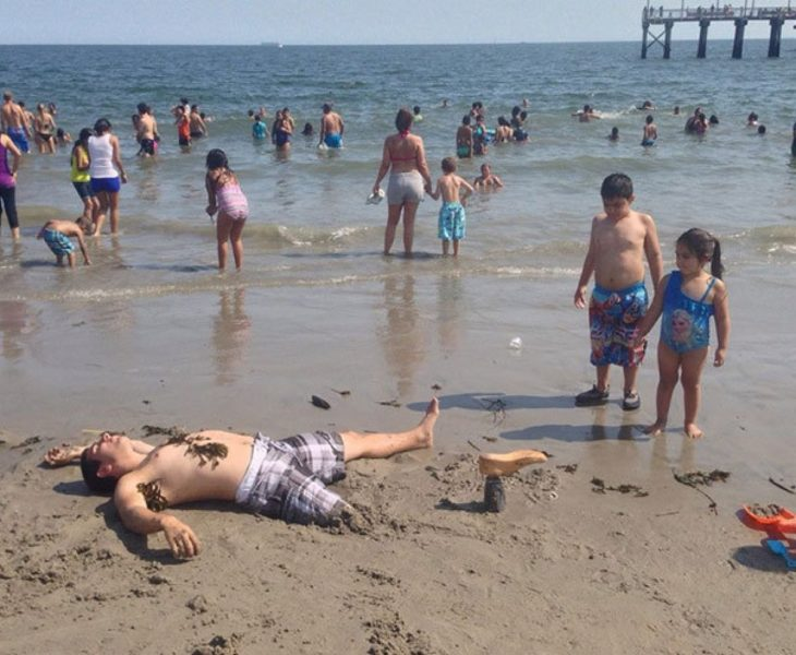 hombre sin pierna entierra su prótesis en la arena