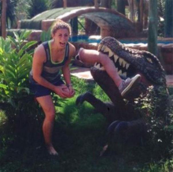 mujer echa su prótesis a un cocodrilo de utilería