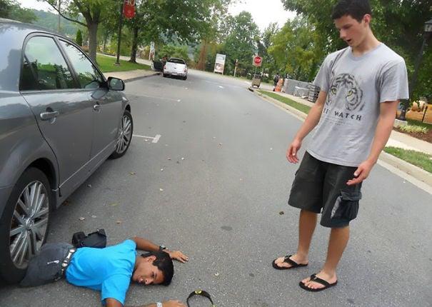 hombre sin piernas abajo de un carro