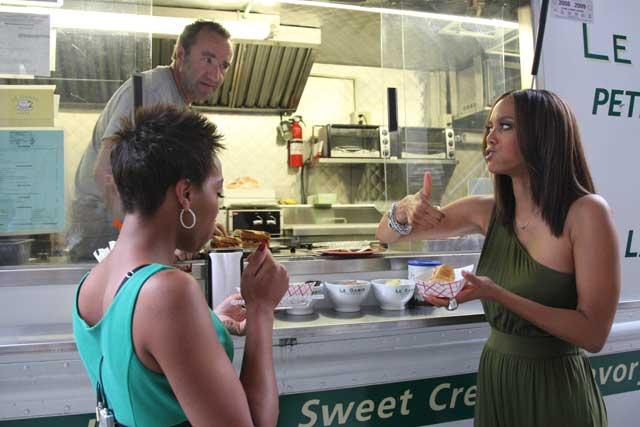 tyra banks comiendo hot dog de un puesto en la calle