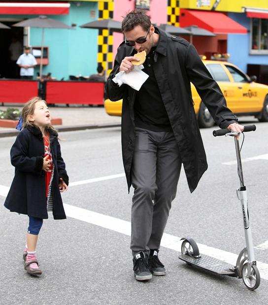 hugh jackman con su hija en la calle