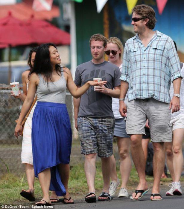 mark zuckerberg caminando en la calle