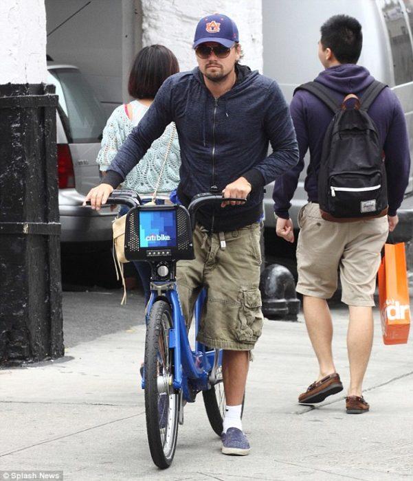 leo dicaprio en bicicleta