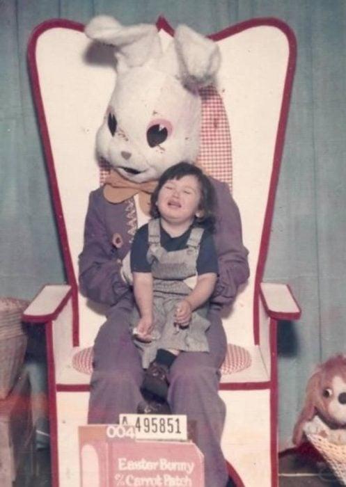 niña llorando conejo de pascua terrorífico vintage
