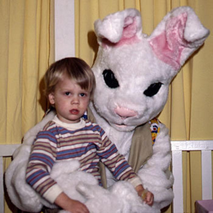 niño con un conejo de pascua asustado terrorífico vintage