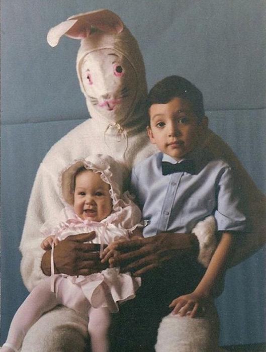 bebe y niño conejo de pascua terrorífico vintage