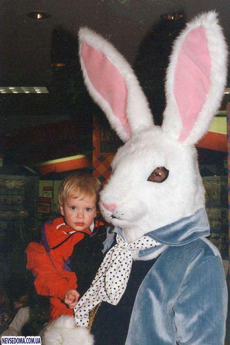 niño asustado conejo de pascua terrorífico vintage