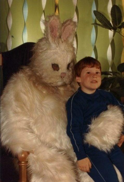 pequeño pelirrojo conejo de pascua terrorífico vintage