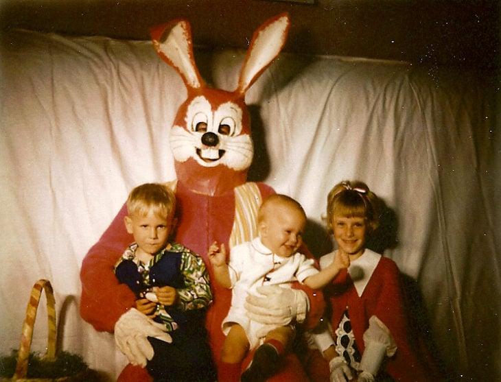 familia niños conejo de pascua terrorífico vintage