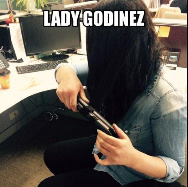 lady godínez planchándose el cabello
