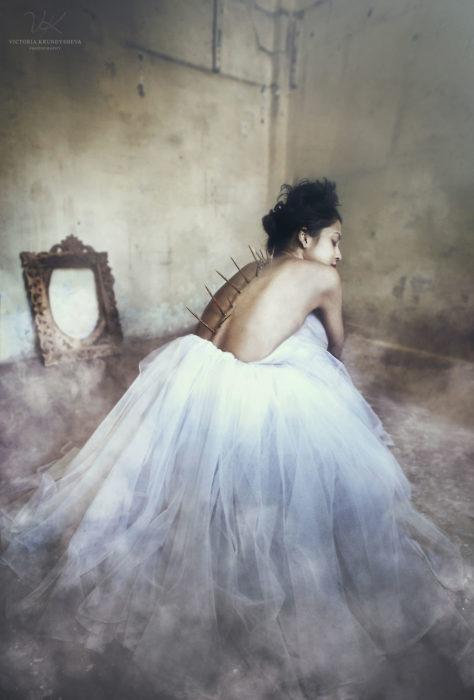 fotografía mujer con espinas en la espalda