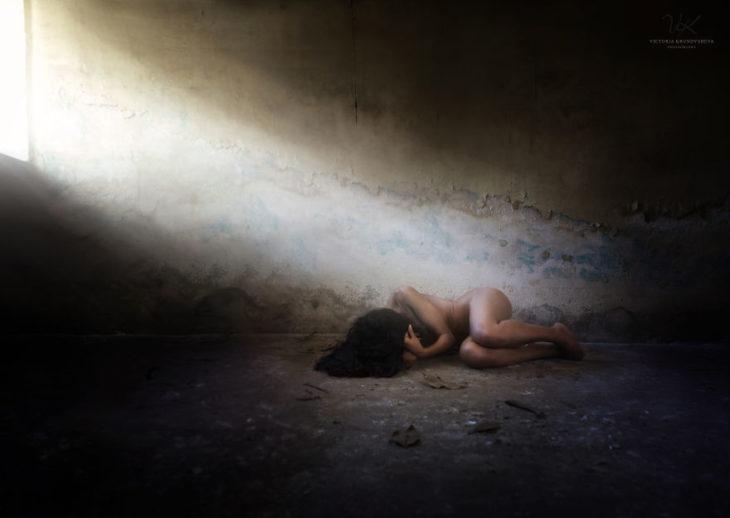 fotografía mujer tirada en el suelo
