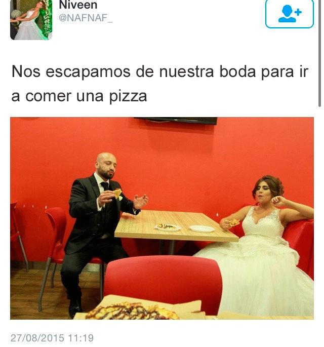 pareja comiendo pizza en su boda