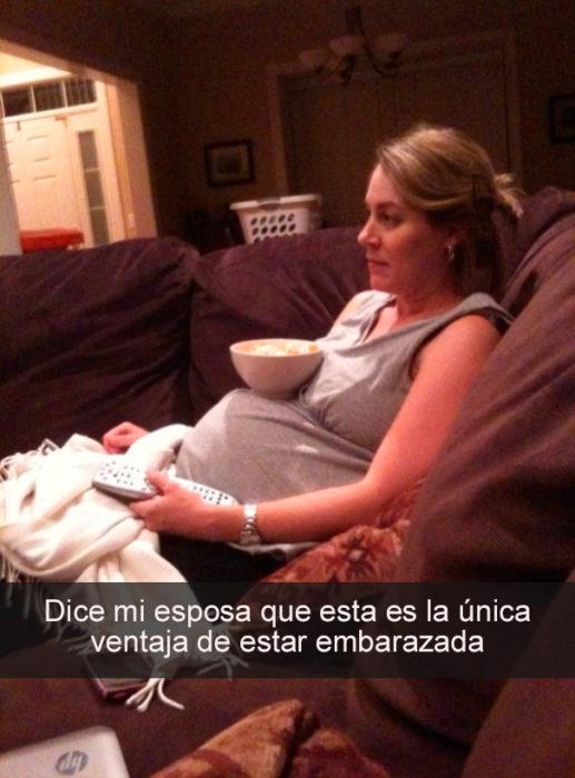mujer embarazada con palomitas en la panza