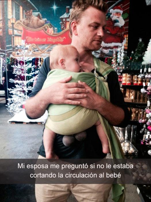 hombre cargando a su bebé