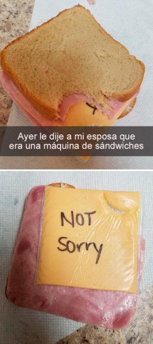 esposa deja el plástico en el sandwich de su esposo