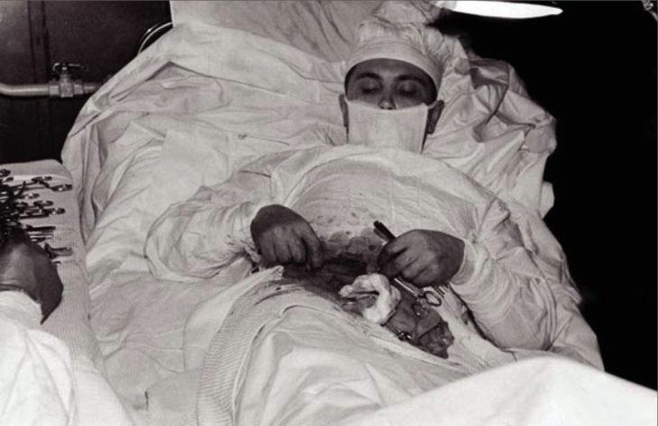 doctor operándose solo