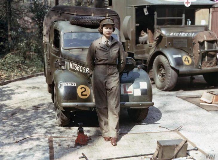 foto de la reina frente a un carro militar