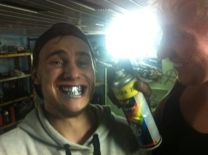 hombre se pintó los dientes