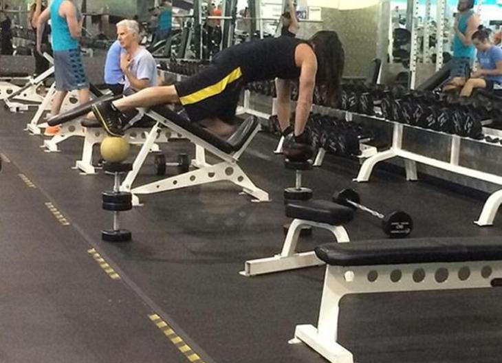 hombre tonto en el gimnasio