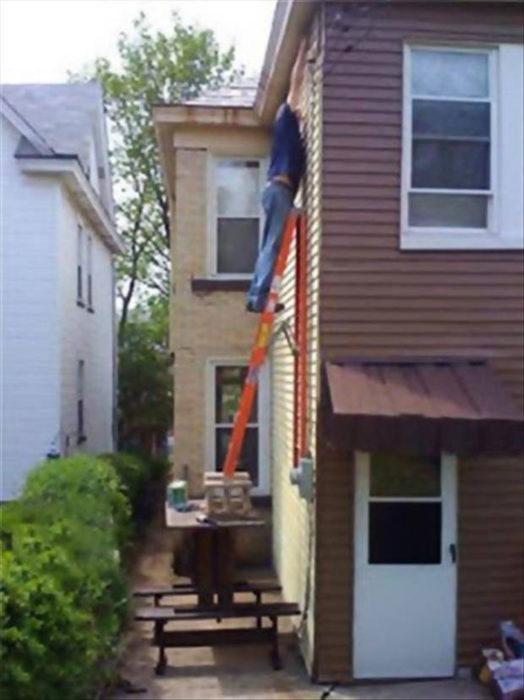 hombre pintando la casa la escalera sostenida en una mesa