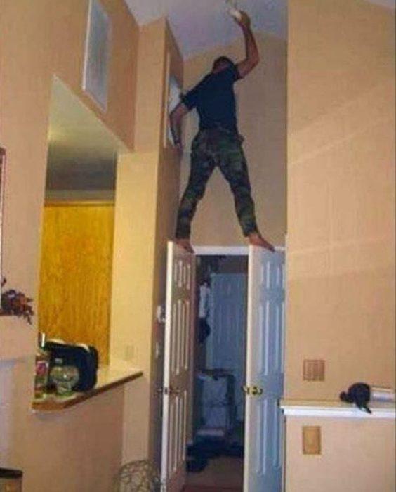 hombre sostenido con la puerta abieta