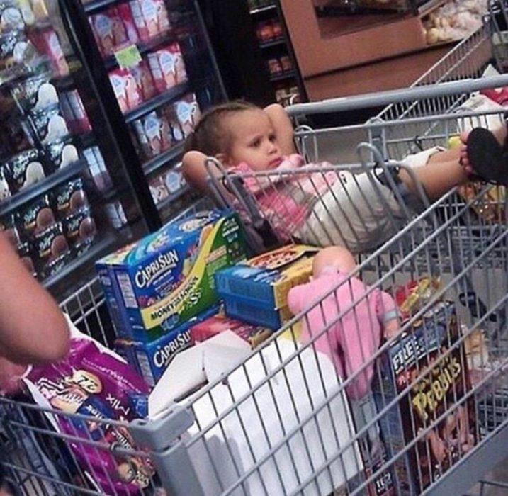 cosas de niños - niña compras en el carrito
