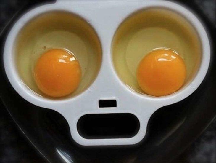 huevos estrellados en recipientes