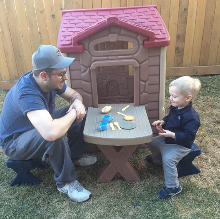 papá jugando a la casita con su hijo