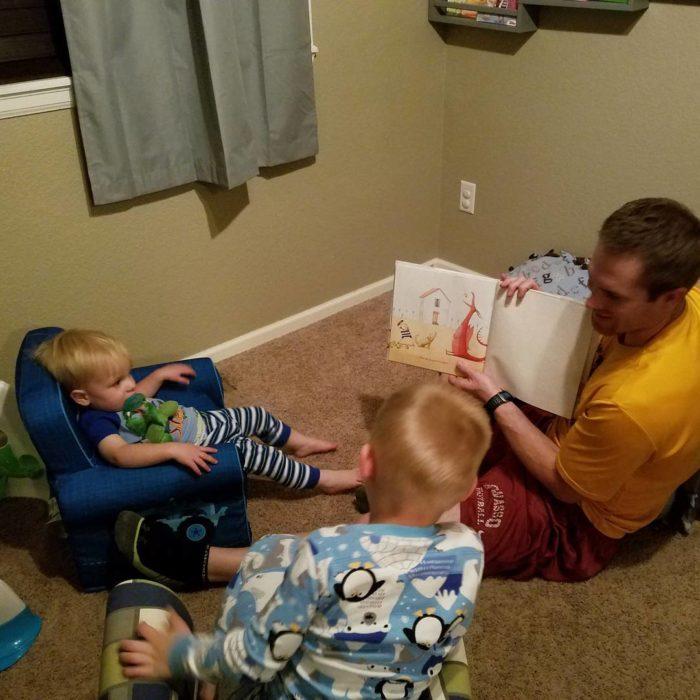papá leyéndole a sus hijos
