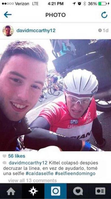 chico toma selfie con ciclista caído
