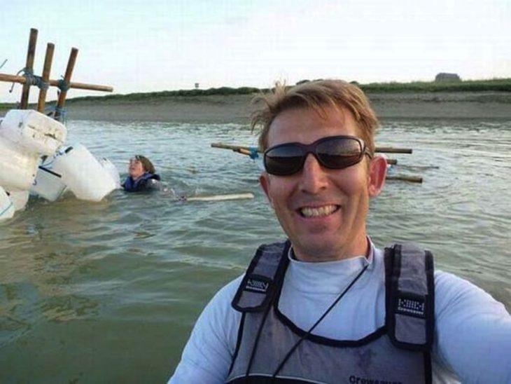 hombre toma selfie de chica ahogándose
