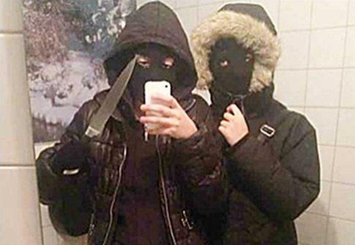 dos personas se toman selfie antes de asaltar