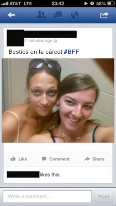 dos chicas se toman selfie en la carcel